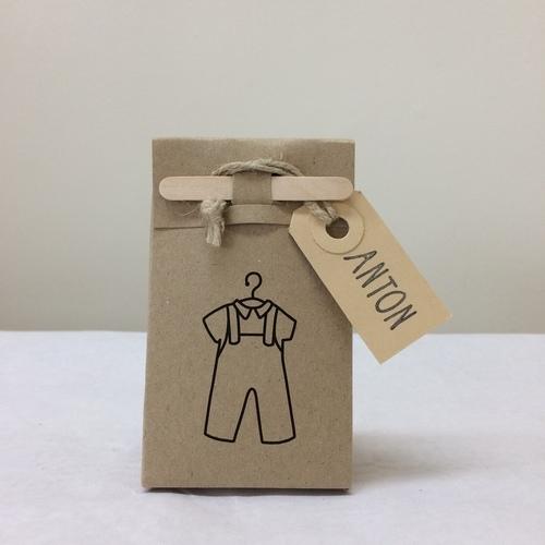 - Zakje + houten stokje + naamkaartje -